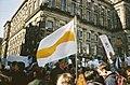 22 maart 2003, de Dam Amsterdam. Vlag van Compassie wordt ingezet tijden een demonstratie tegen de oorlog in Irak.jpg