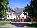 Gehöft mit Wohnhaus, zwei Wirtschafts-Stallgebäuden, Scheune und Taubenturm, einschließlich der straßenseitigen Einfriedung