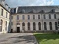 Abbaye de Saint-Riquier, façade côté cour 01.jpg