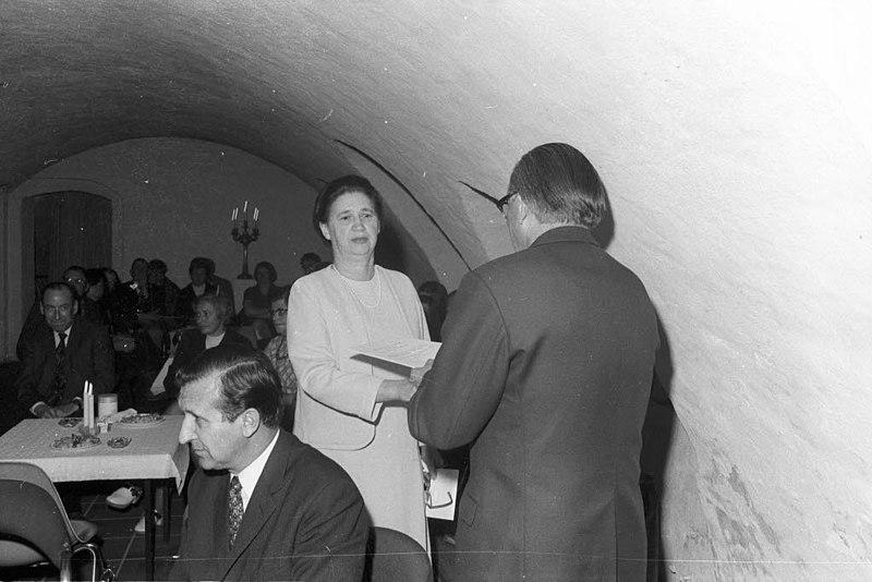 File:Abschiedsfeier für Dr. Hedwig Sievert, die Leiterin des Stadtarchivs, im Gewölbe des Warleberger Hofes (Kiel 53.042).jpg