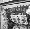 Afbeeldingen van tatoeages in de etalage van de winkel van tato Jack, Bestanddeelnr 252-9233.jpg