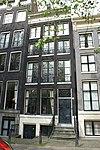 foto van Pand met gevel onder rechte lijst met consoles, met deurpartij, stoep- en vensterhekjes en gesneden wisseldorpels in de ramen van de hoofdverdieping