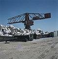 Ashdod Havenbouw hijskraan met containers met grote rotsblokken op een terrein, Bestanddeelnr 255-9296.jpg