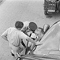 Automobilist tijdens een verkeerscontrole door de verkeerspolitie langs de weg, Bestanddeelnr 255-1216.jpg