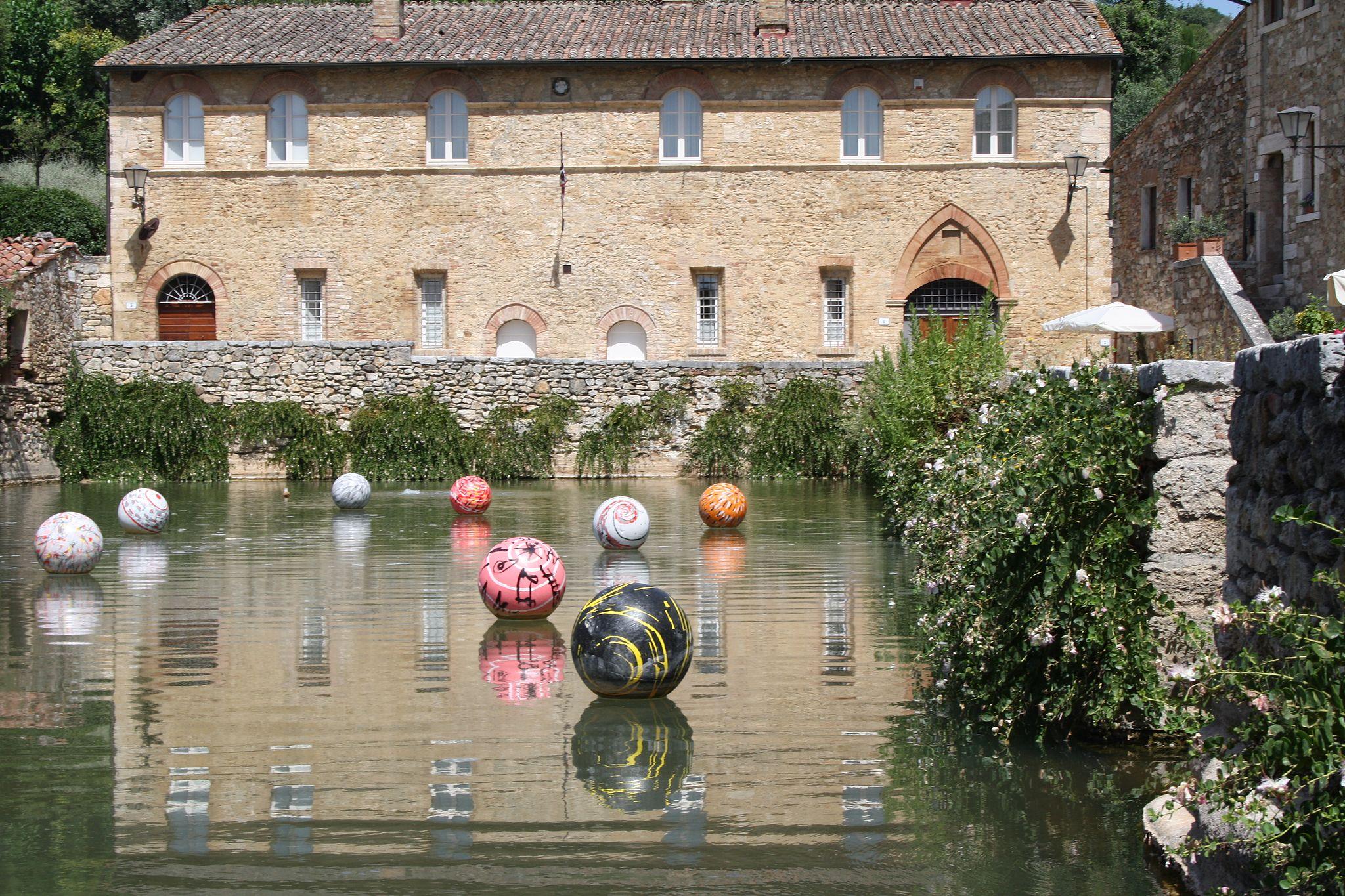 Bagno Vignoni, Piazza delle Sorgenti con installazione artistica di ...