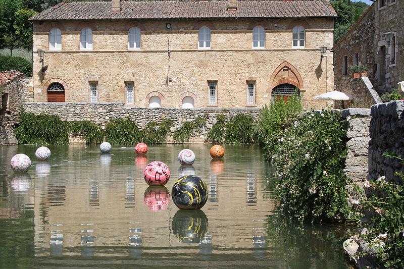 File:Bagno Vignoni - Installazione artistica di Carlo Pizzichini.JPG - Wikimedia Commons