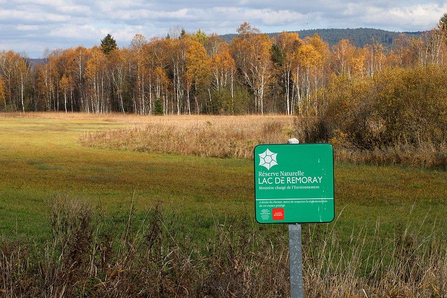 Un panneau matérialise la limite de la réserve naturelle près de la tourbière du Crossat.