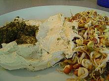 Fagioli semi di soia e hummus in accompagnamento.