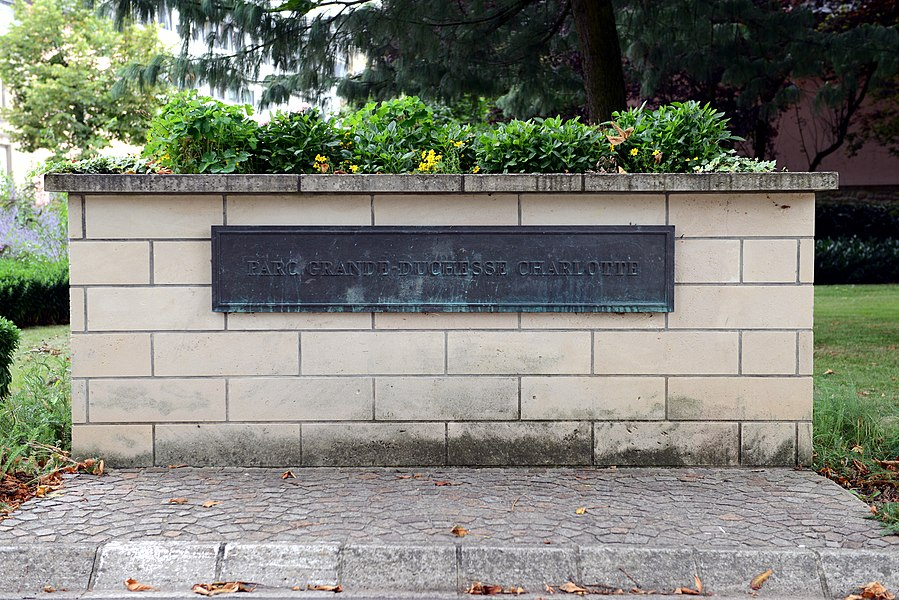 D'Entree vum Park Grande-duchesse Charlotte, bei der Kierch zu Beetebuerg.