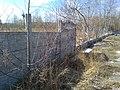 Betonowy płot dawnego parkingu na terenie przyszłego parku Rataje na osiedlu Powstań Narodowych w Poznaniu - kwiecień 2018.jpg