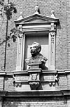 borstbeeld boven ingang - breda - 20041036 - rce