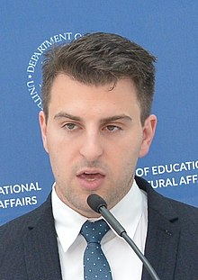 Brian Chesky, 2016 (cropped).jpg