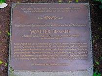 Bronzeplatte Walter Baade BS.jpg