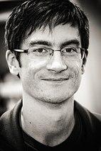 Bryan Konietzko, ebenfalls lächelnd