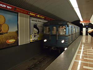 Széll Kálmán tér (Budapest Metro) - Image: Budapešť, Moszkva tér, přijíždějící vlak