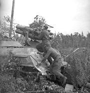Bundesarchiv Bild 101I-111-1800-15, Nordeuropa, Beladen eines Panzerwerfers 43.2