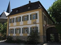 Buttenheim Hauptstr. 26 kath. Pfarrhaus.JPG