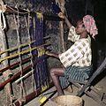 COLLECTIE TROPENMUSEUM Een Yoruba vrouw aan haar weefgetouw TMnr 20038999.jpg