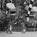 COLLECTIE TROPENMUSEUM Scene uit een Barong- en Krisdans in het voorhof van de dorpstempel waarin dorpsbewoners de Barong ontmoeten in het bos TMnr 20000295.jpg