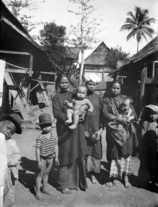 COLLECTIE TROPENMUSEUM Vrouwen en kinderen uit een Kerintisch dorp West-Sumatra TMnr 10002859