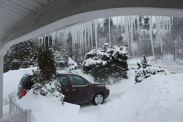 Car in winter in Canada Cusack5239 [CC BY-SA 4.0 (https://creativecommons.org/licenses/by-sa/4.0)], from Wikimedia Commons