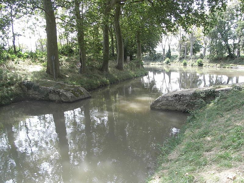 Alimentation en eaux du Canal du Midi (au fond) par la rigole d'alimentation du seuil de Naurouze (premier plan)