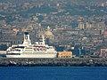 Catania - Il porto con nave posteggiata sotto il Duomo - panoramio.jpg