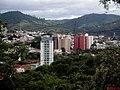 Cidade de Amparo vista na subida do Morro da Biquinha, onde está localizado o Cristo Redentor de Amparo com 17.2 metros de altura. - panoramio.jpg