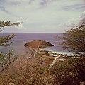 Collectie Nationaal Museum van Wereldculturen TM-20017525 Gezicht op het schiereiland Fort Amsterdam en Little Bay Hotel, gezien vanaf St.Peters Hill Sint Maarten Boy Lawson (Fotograaf).jpg