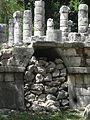 Columnas y pirámides en Chichén Itzá 11.JPG