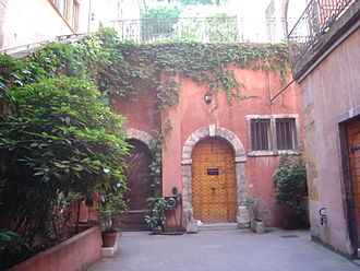 Rue du Bœuf - Courtyard of the Tour Rose.