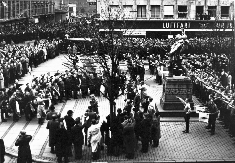 DNSAP's parade ved Den lille Hornblæser på Rådhuspladsen d. 17. november 1940. Paraden afholdtes i forbindelse med DNSAP's forsøg på at overtage magten Dato- 17. November 1940