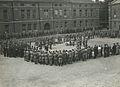 De drie detachementen van het 8e en 19e regiment infanterie ontvangen aan het ei – F40446 – KNBLO.jpg