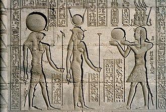 Trajan en costume de pharaon devant Horus et Hathor