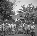Een militair met inlandse jongetjes in een dorp op Java, Bestanddeelnr 254-5368.jpg