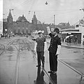 Engelse agent regelt verkeer Damrak, Prins Hendrikkade in verband met conferenti, Bestanddeelnr 916-3491.jpg