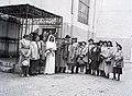 Esküvői csoportkép, 1946 Budapest, Kazinczy utcai orthodox központ udvara, hüpe. Fortepan 105199.jpg