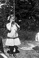 Exteriör. Helporträtt av en flicka med rosett i håret - Nordiska Museet - NMA.0056409.jpg