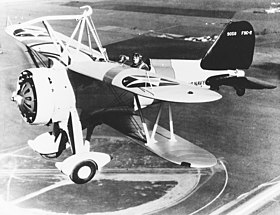 Il Curtiss F9C-2 Sparrowhawk in volo; si noti il dispositivo di aggancio superiore