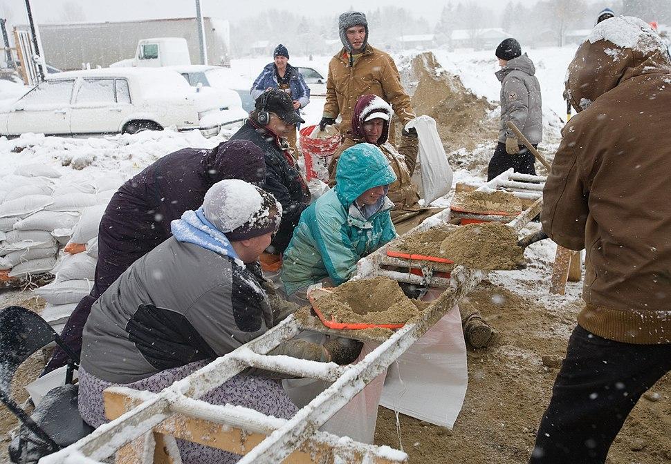 FEMA - 40429 - Mennonite volunteers fill sand bags in Minnesota in Minnesota