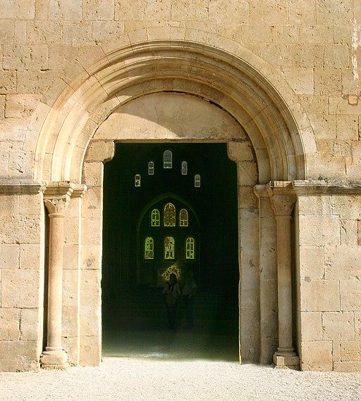 Fontenay-118-Kirche-Westportal-2008-gje