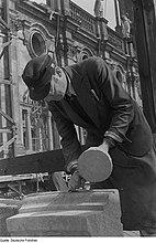 Fotothek df roe-neg 0000431 004 Steinmetz auf dem Seitenschiffdach der Hofkirche