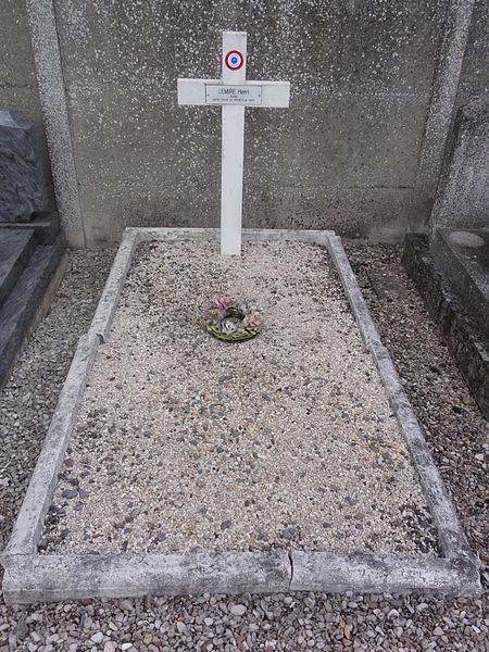 Grugies (Aisne) cimetière, tombe de guerre 1945