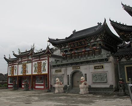Guanji temple (left) and Huang ancestral shrine (right) in Wenzhou, Zhejiang. Guanji temple and Huang shrine in Lucheng, Wenzhou, Zhejiang, China (1).jpg
