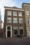 foto van Pand met rechte kroonlijst en fraaie ingangspartij, gebeeldhouwde deur
