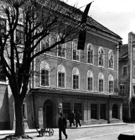 Дом, где в 1889 году родился А. Гитлер. Здесь прожил будущий диктатор до трёхлетнего возраста. Браунау-на-Инне (Австрия). Фотография 1934 года. Дом сохранился по настоящее время