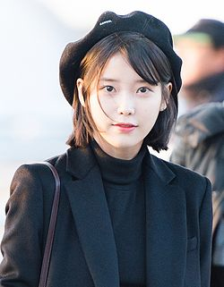 IU at Incheon airport, 6 January 2017 03.jpg