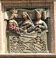 Innsbruck, Goldenes Dachl, obere Brüstung, Relief Mitte links, Kaiser Maximilian und Gattinen.jpg