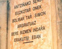 Monumento conmemorativo a Simón Bolívar en la localidad vizcaína de Puebla de Bolívar, España