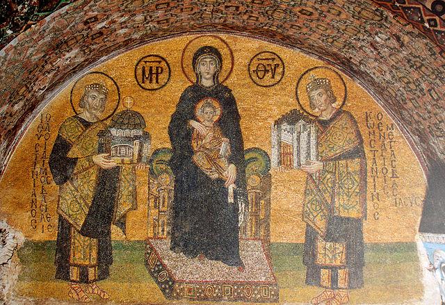 Константин (справа) и Юстиниан (слева) Великие предстоят Христу и Богородице. Мозаика над южным входом в Святую Софию